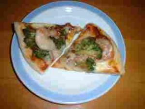 エビとブロッコリーのピザ