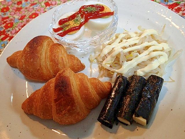 ゆで卵ともやしと海苔チーズとクロワッサンのワンプレ