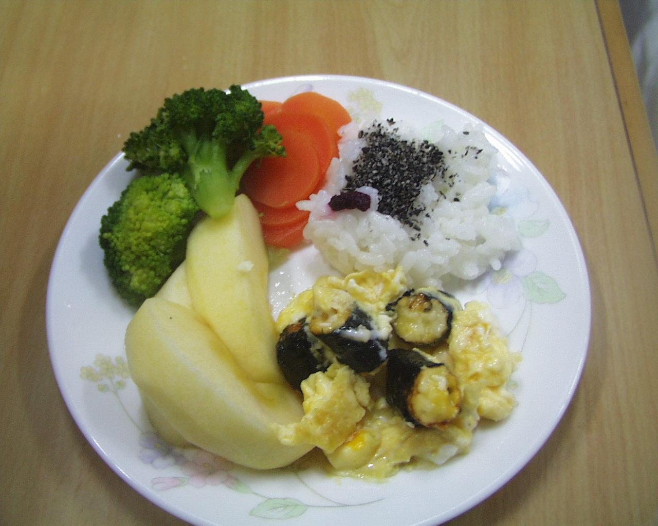 ごはんと、あられオムレツ、野菜の盛り合わせ