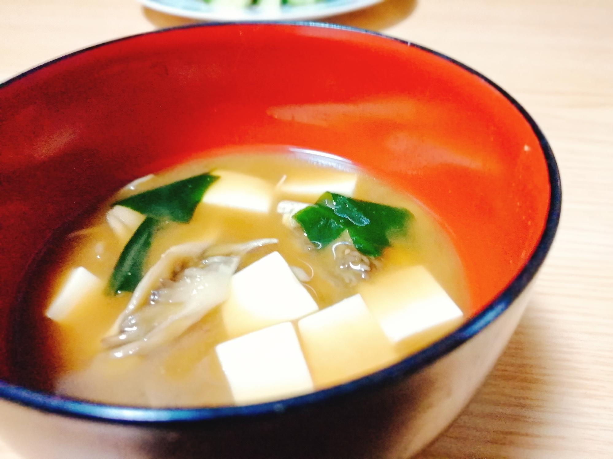 黒いお椀に注がれた、舞茸と豆腐とわかめの味噌汁