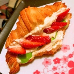 苺とアボカドのクロワッサンクリームサンド