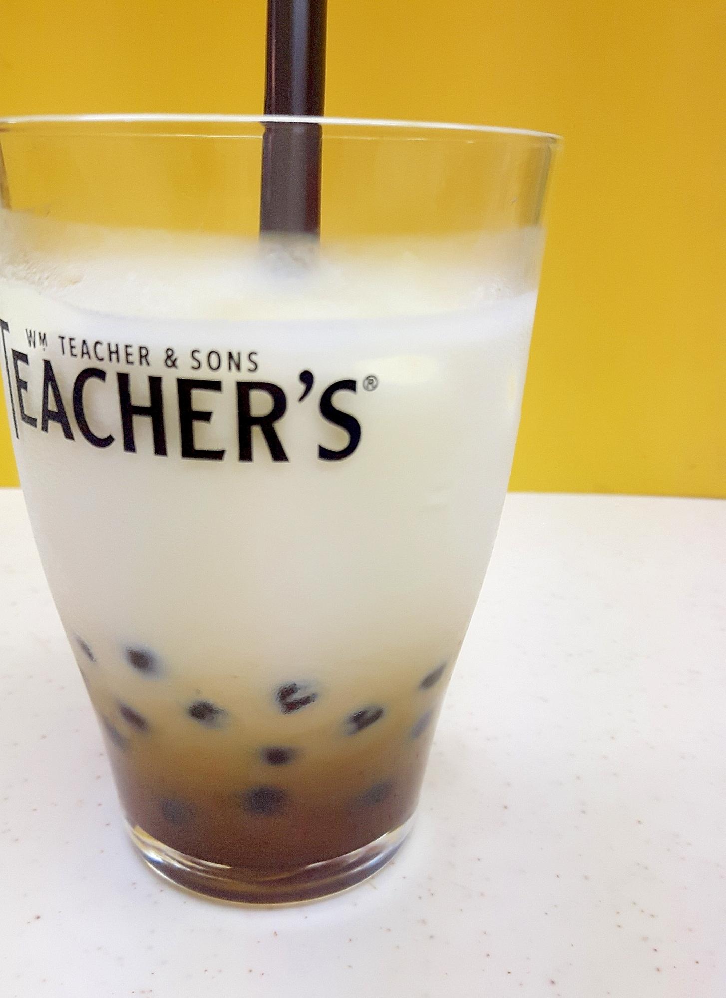 ストローがささったグラスに入っている、黒糖タピオカミルク
