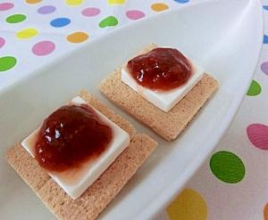 手作りいちごジャムを使って♪簡単レアチーズケーキ