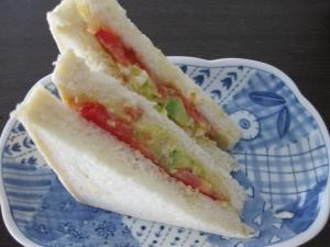 アボカドエッグとトマトサンドウィッチ