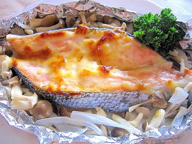 パセリが添えられた鮭の味噌マヨネーズホイル焼き
