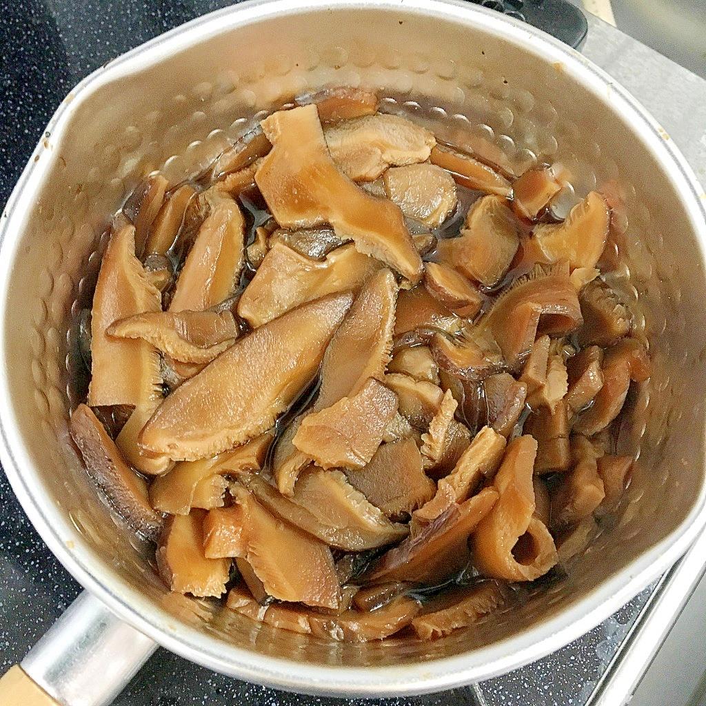 片手鍋に入った干ししいたけの含め煮