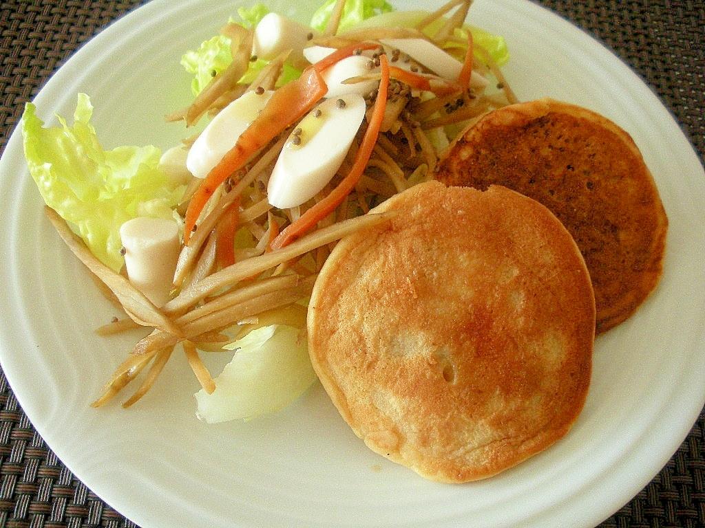 きんぴらとホワイトソーセージのサラダ&大豆粉パンケ