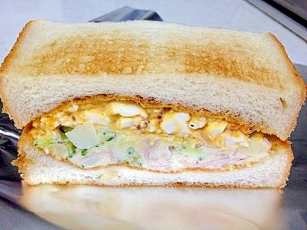 卵とポテトサラダの二層サンドイッチ