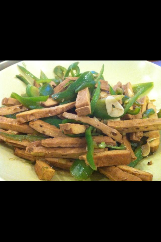 ピーマンと燻製豆腐のピリ辛炒め