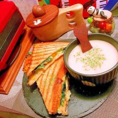 法蓮草と玉ねぎと卵のバジルチーズホットサンド