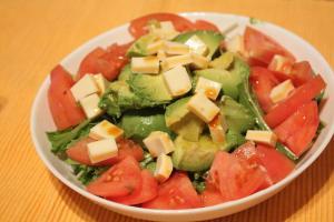 4. アボカドとトマトのわさび醤油サラダ