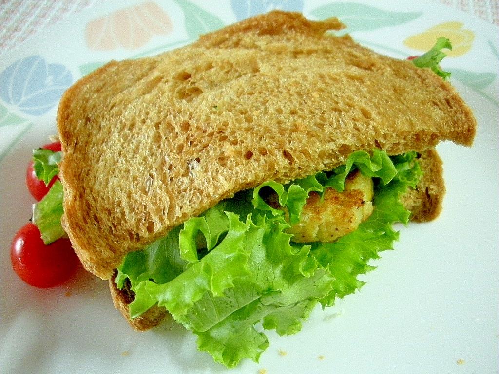 黒パンのコロッケサンド
