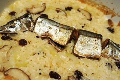フライパンで簡単、燻製秋刀魚とキノコのパエリア
