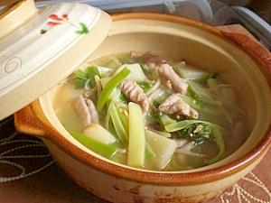 茶色い土鍋に入った、やさしい甘みの白味噌もつ鍋