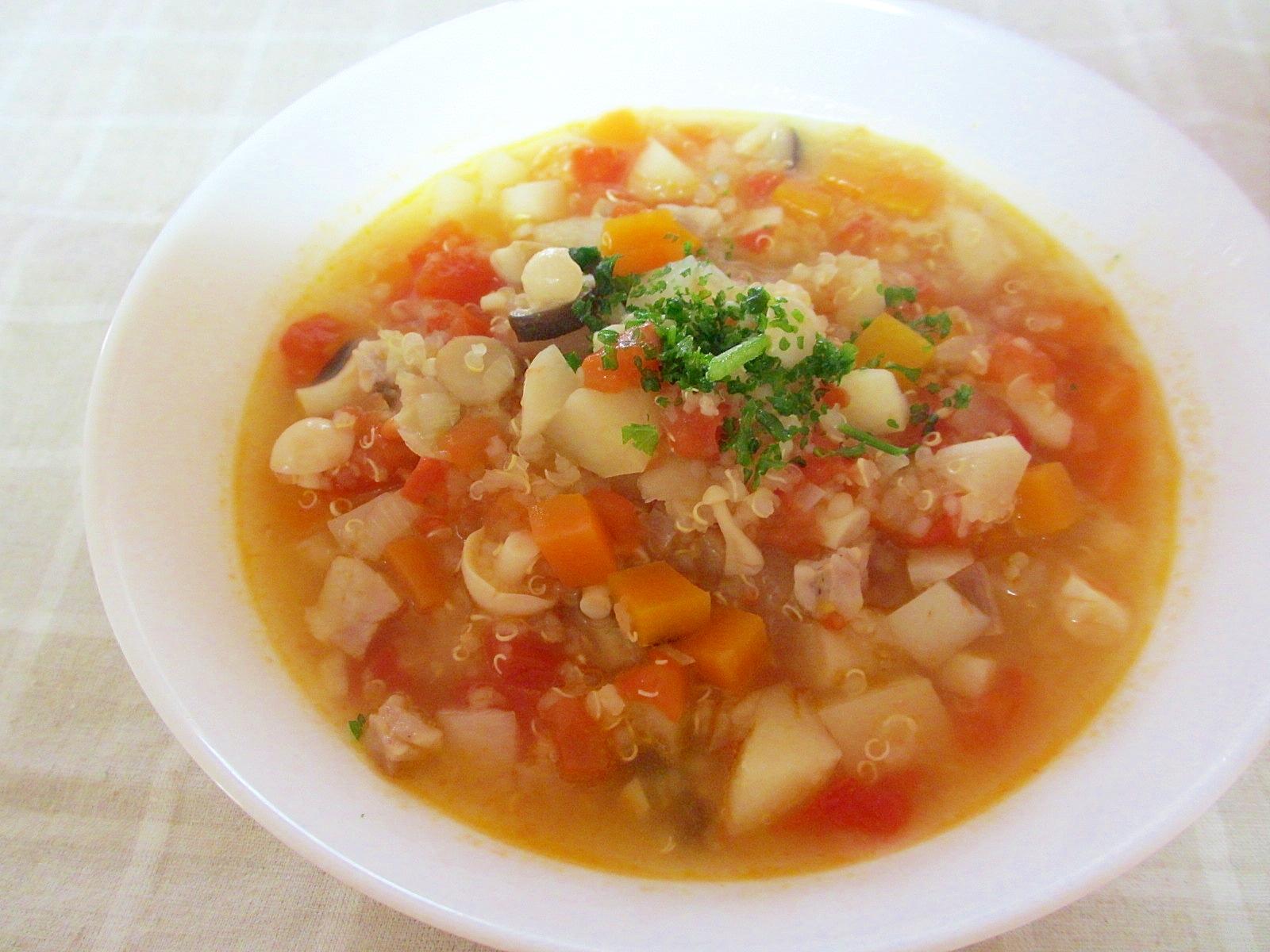 ジャガイモとキヌアの具沢山カレートマトスープ