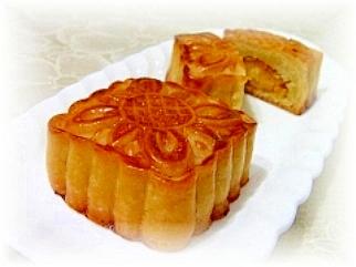 香港の味♪蛋黄蓮蓉月餅(塩卵入り蓮の実あん月餅)