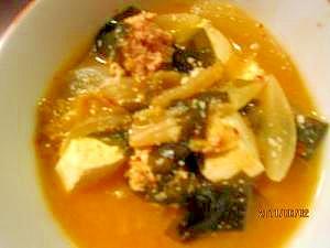 豆腐、明太子、新玉ねぎ、わかめ入れキムチスープ