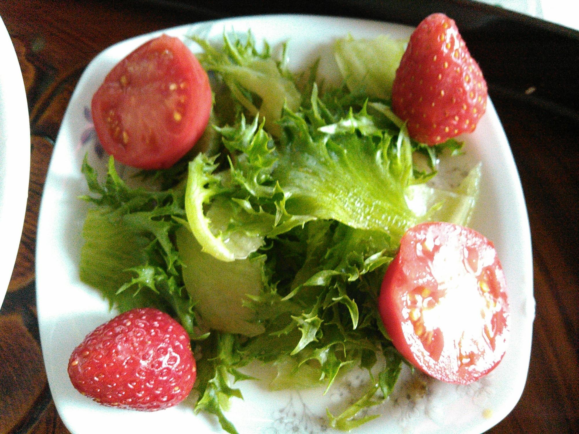 リーフレタスとミニトマトいちごのサラダ