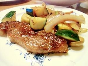 ビーフステーキ野菜ときのこの炒め物添え