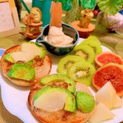 アボカドと洋梨のはちみつバターマフィントースト
