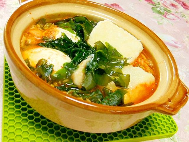 とろ~り揚げ出し豆腐とわかめとゆで卵のキムチ鍋