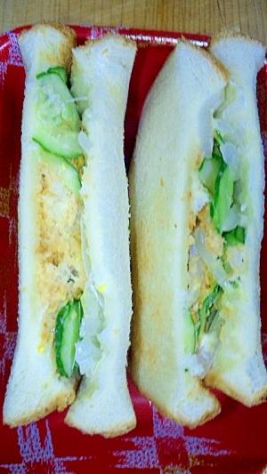 白身魚フライと野菜のサンドイッチ