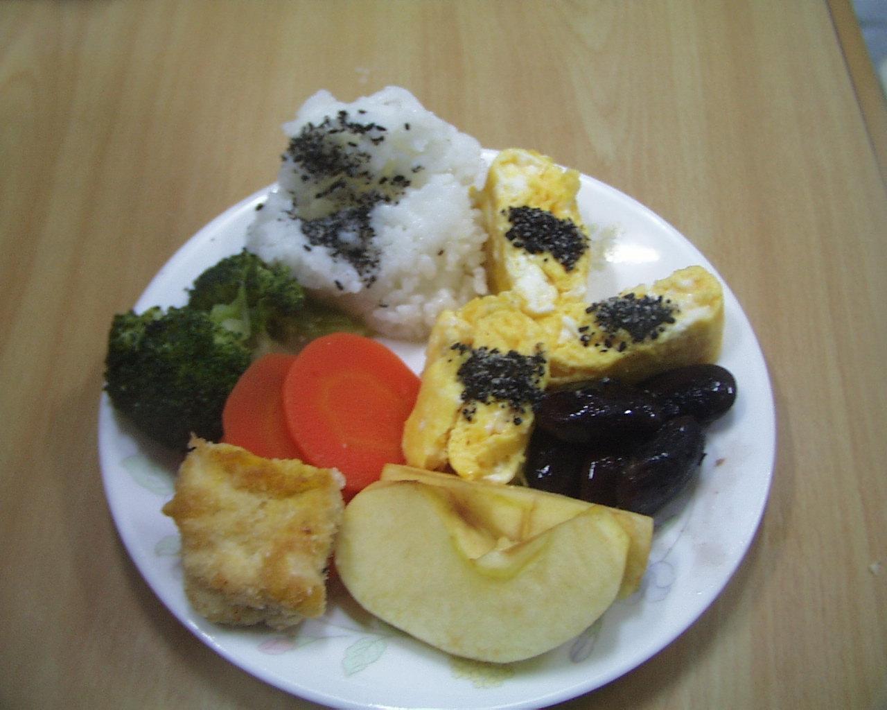 ごはんと、まぐろのフライ、野菜の盛り合せ