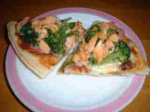 サーモンとハムとブロッコリーのホワイトソースピザ