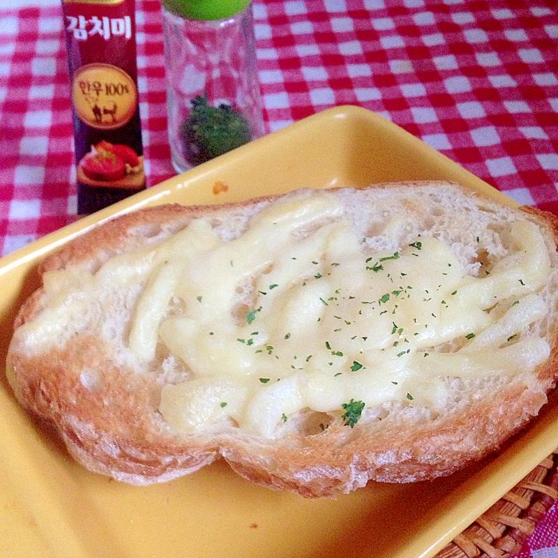 牛肉ダシとチーズのトースト