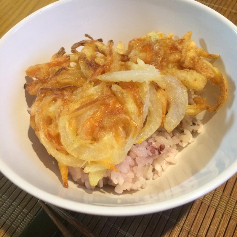 サクッと美味しい新玉ねぎと桜海老のかき揚げ丼