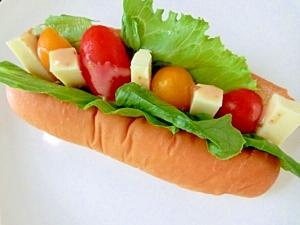 トマト&チーズでサラダ風なドッグサンド☆