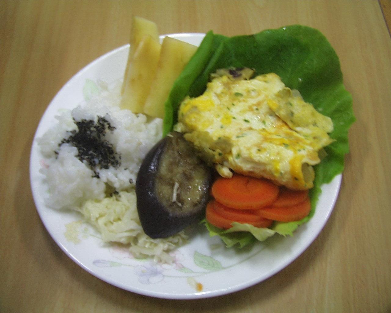 ごはんと、とうがん青海苔オムレツ、野菜の盛り合わせ