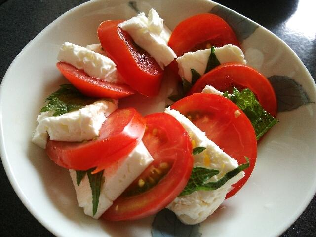 2. トマトと焼きヨーグルトのカプレーゼ