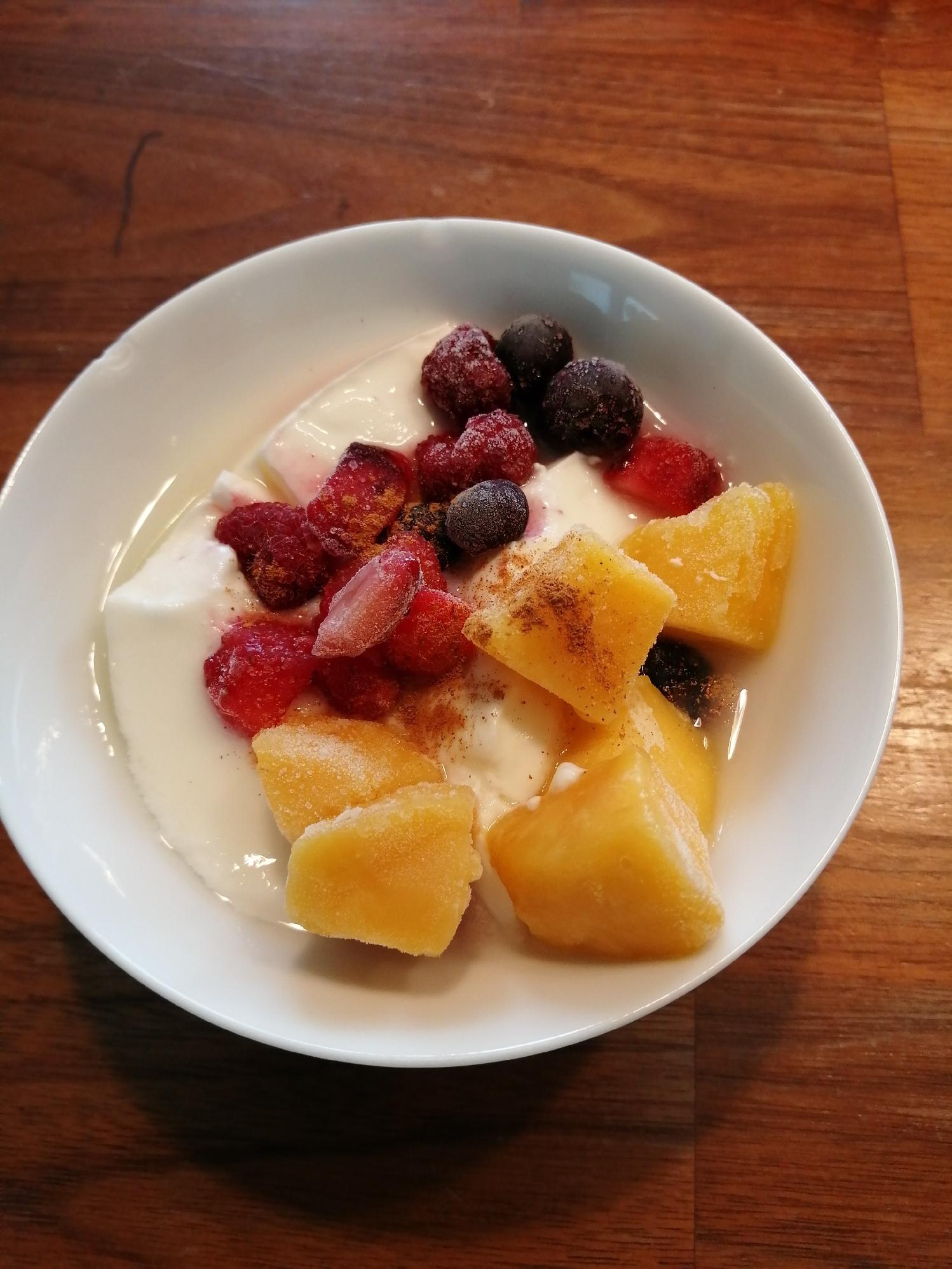 冷凍フルーツたっぷり♪ヨーグルト