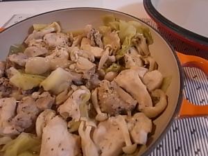 ルクルーゼキャセロールで作る鶏肉としめじの蒸し煮