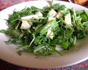 にんじんの葉とカマンベールのブルーチーズサラダ