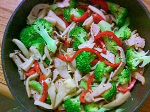 晩ごはんの副菜に-きのことハムの塩麹炒め