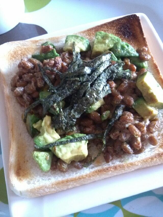 朝ごはんにアボカド納豆トースト