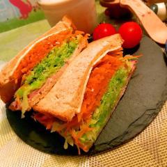 彩り野菜ぎっしりのハムチーズサンド