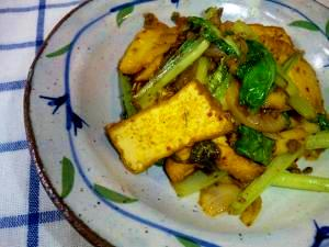 肉そぼろがあまったら!小松菜と厚揚げのキムチ炒め