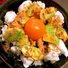卵白はんぺんとツナ&揚げジャコのアボカド月見丼
