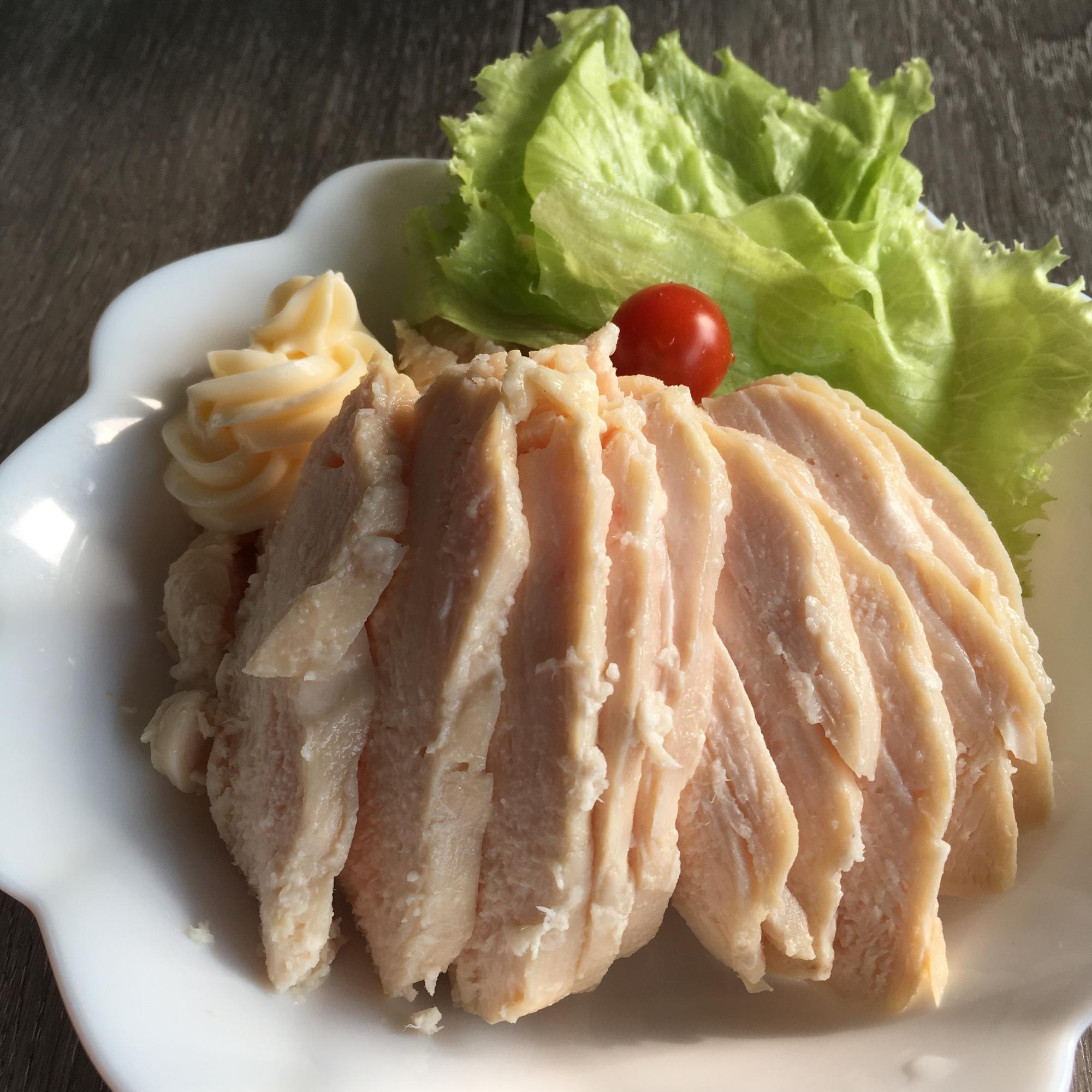白いデザイン皿に盛られた炊飯器で作るサラダチキンと付け合わせの野菜