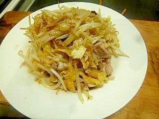 鶏ももとモヤシと油揚げのピリ辛炒めナンプラー風味