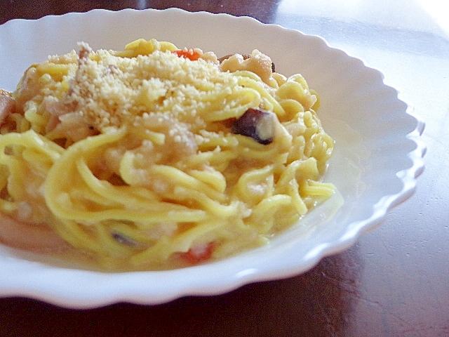 白い皿に盛られたカルボナーラ風ラーメン