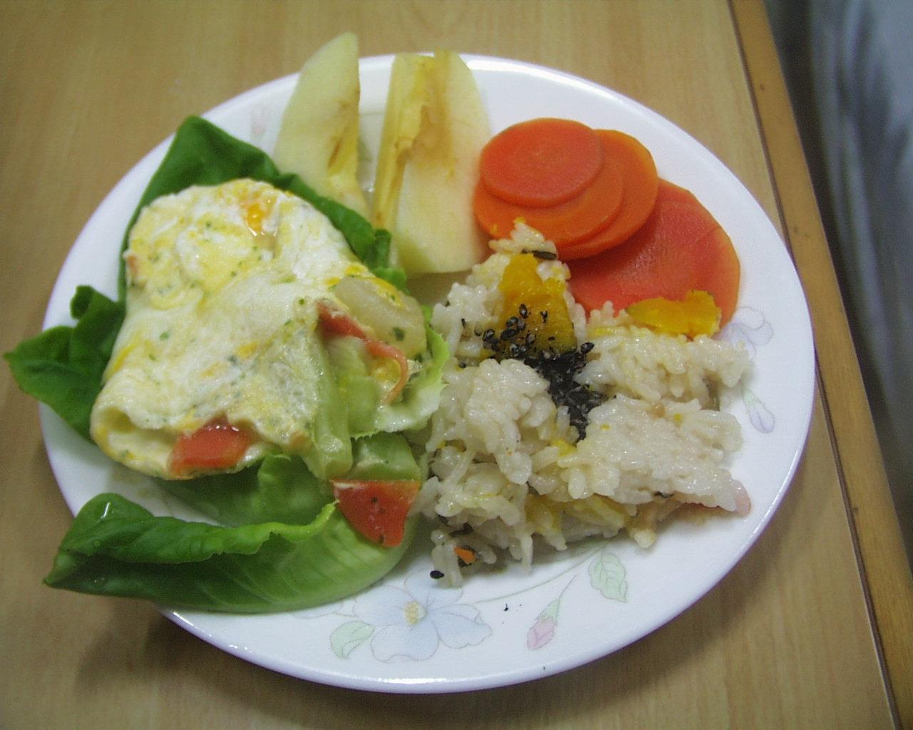 炊き込みごはんと、野菜オムレツ、野菜のの盛り合わせ