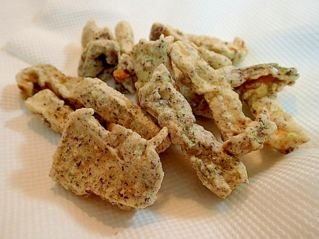 キッチンペーパーの上に揚げたての天ぷら。