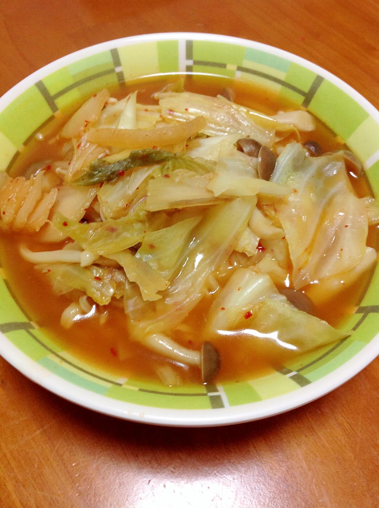 緑色模様が入った器に盛られたキムチスープ