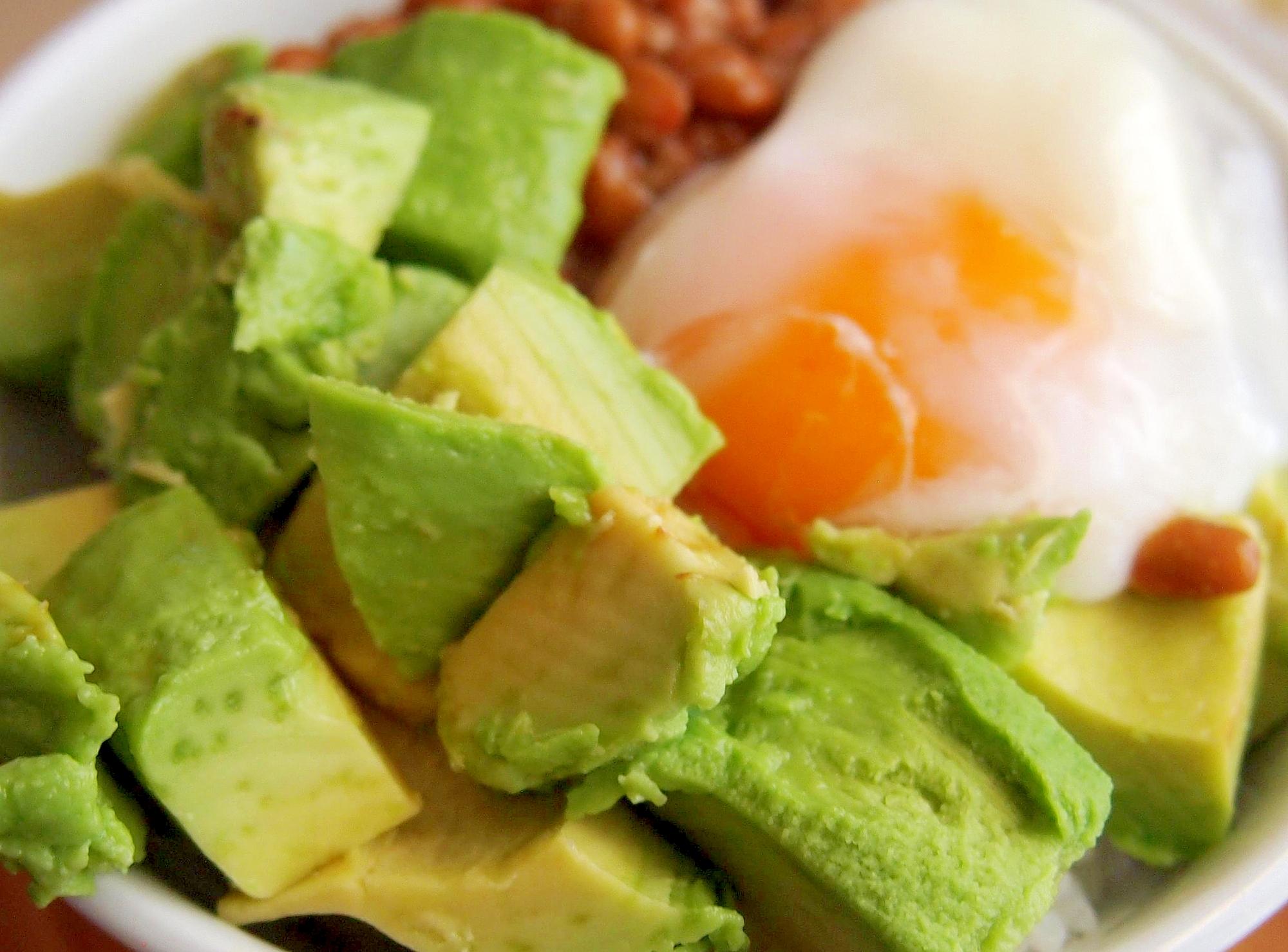 レンチン卵とアボカド納豆丼