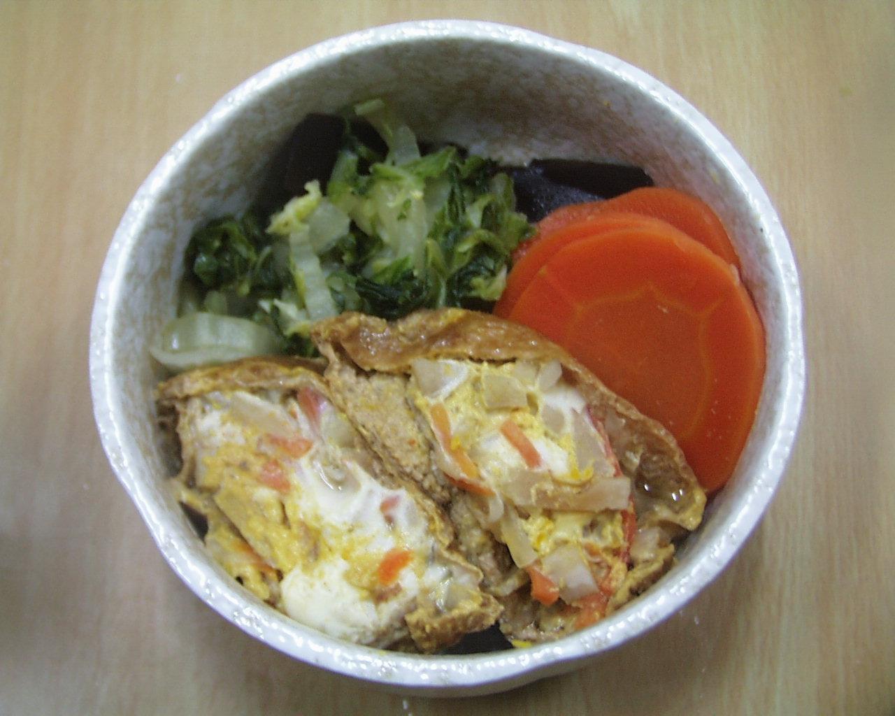 薄あげ巾着煮、にんじん、白菜、昆布の添え物