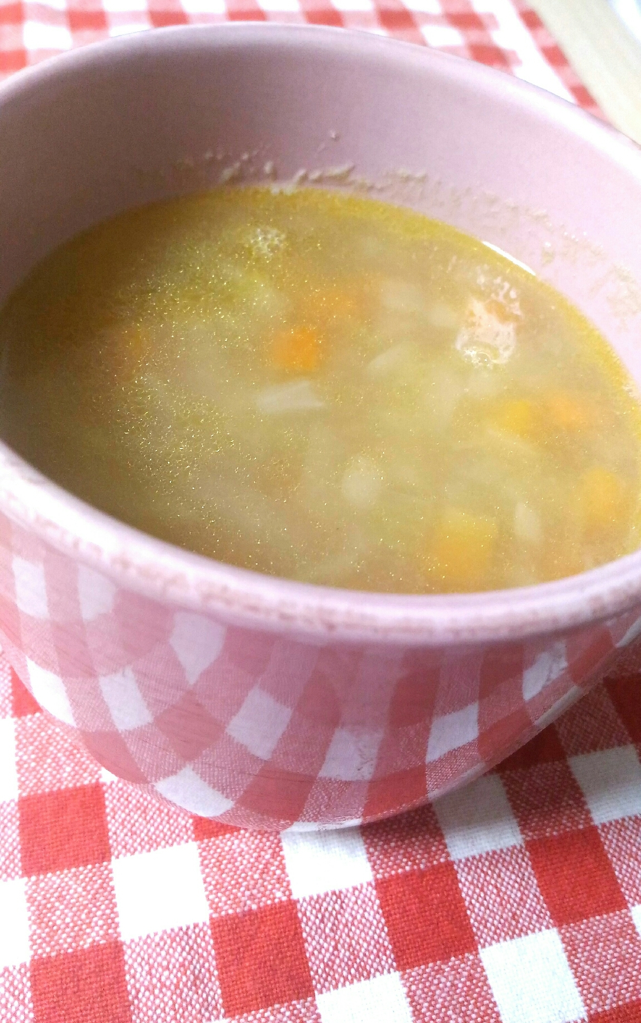 カップ型の器に盛られた、さつまいものコンソメスープ